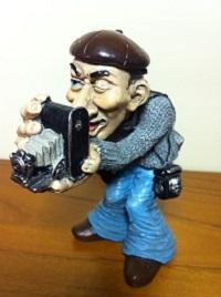 Фигурка человека с фотоаппаратом